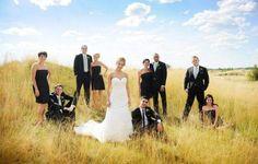 photo de mariage originale: photo de groupe dans les champs
