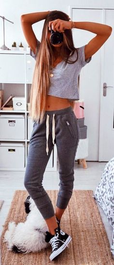 #spring #outfits woman in gray crop top and gray sweat pants holding black camera. Pic by @ameliecheval31