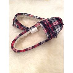 ❄ Plaid Moccasin Slippers❄️ Cute comfy fuzzy slippers with a bow.❄️ Size: S(5/6) SO Shoes Moccasins