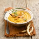 La vellutata di zucca è una deliziosa crema perfetta per una cena in famiglia o tra amici. Guarda la ricetta su Sale&Pepe.