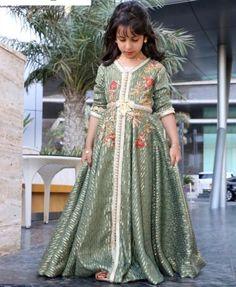 سلمى بن عمر Morrocan Dress, Moroccan Caftan, Young Fashion, Kids Fashion, Style Fashion, Little Girl Dresses, Girls Dresses, Caftan Gallery, Kaftan Designs