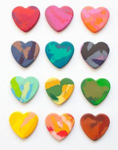 I've melted broken crayons in mini muffin tins for years for students, but this would be adorable for a Valentine's gift. Diy Crayons, Broken Crayons, Melting Crayons, Homemade Crayons, Recycled Crayons, Valentine's Day Crafts For Kids, Fun Crafts, Art For Kids, Arts And Crafts