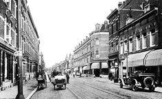 1925. De Zaagmolenstraat vernoemd naar de houtzaagmolens aan de Rotte. In 1671 kwam de houtzaagmolen bij de buitenplaats 'Woelwijk', genaamd 'de twee Zwanen' al voor. Verder was hier in 1784 een houtkoperij met twee zaagmolens, 'de Ooievaar' en 'de Zwaan' geheten. De Zaagmolendrift heette van 1910 tot 1912 Zaagmolenstraat en van 1912 tot 1926 Nieuwe Zaagmolenstraat. De foto is van vandeneijk.com en de informatie van het gemeentearchief.