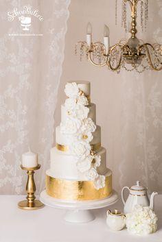 **Imperial** Üppige Dekorationen aus Zuckerblumen in weiß und Blattgold geben der Torte eine imperiale Note und erinnern an Stuck und Wandverzierungen der herrschaftlichen Prachtbauten der letzten Jahrhunderte. #Schnabulerie #Hochzeitstorte #weddingcake #Hochzeit #wedding #metalliccake #metallic #Zuckerblumen #sugarflowers #gold