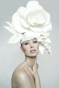The biggest damned rose hat you've ever seen. Not the colour, the actual flower shape. Flower Hats, Flower Crown, Costume Carnaval, Manequin, Rose Hat, Fascinator Hats, Fascinators, White Fascinator, Crazy Hats