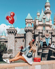 Adorable pose and outfit in-front of Disney Sleeping Beauty Castle. Disneyland disney outfit with balloon Disneyland Paris, Disneyland Castle, Disneyland Photos, Disneyland Outfit Summer, Disney Dream, Disney Style, Disney Disney, Cute Disney Pictures, Disney World Pictures