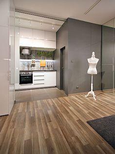 Kuchyň se propojí s obytným prostorem odsunutím velké prosklené stěny. Úložný prostor je i nad kuchyňskou linkou.