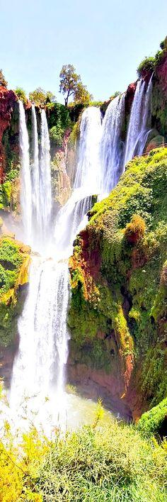 """Vodopád Ouzoud, Maroko    Vodopády Ouzoud (Amazigh: Imuzzar n wuẓuḍ, francúzsky: Cascades d'Ouzoud) (110 m vysoký) sa nachádzajú v blízkosti dediny Grand Atlas Tanaghmeilt, v provincii Azilal, 150 km severovýchodne od Marakeš v Maroku. Ouzoud znamená """"akt mletia obilia"""" v Berber. Toto sa zdá byť potvrdené častými mlynami v regióne."""