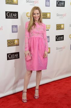 Leslie Mann in a flamingo-hued long-sleeved Honor Spring number. #criticschoiceawards
