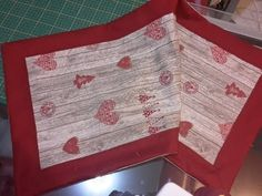 Tutorial per realizzare runner con bordo - YouTube Sewing Patterns Free, Free Sewing, Table Runners, Eminem, Patches, Shabby, Lily, Youtube, Embroidery