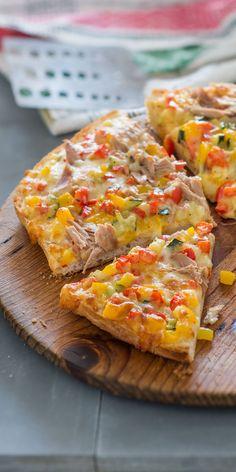 Eine tolle Alternative für deine Lunchbox: die Fladenbrot-Pizza mit Thunfisch, Paprika und Zucchini. Lässt sich wunderbar vorbereiten und ist warm & kalt ein Genuss! Guten Appetit.