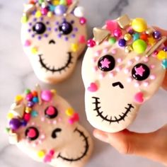 These cookies are a great idea for Halloween?⁣ ⁣ Credit: ⁣ ⁣ These cookies are a great idea for Halloween? Halloween Desserts, Postres Halloween, Cute Desserts, Halloween Food For Party, Halloween Cookies, Halloween Skull, Halloween Candy, Halloween Macaroons, Cute Baking