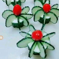 Beautiful food art Tomatoes and cucumbers - Ez a cikk azoknak szól, akik az ünnepi asztalt fel szeretnék dobni valami hangulatos, egyedi alkotással, ami varázslatossá és ünnepélyesebbé teszi a karácsony estét. Creative Food Art, Food Art For Kids, Food Carving, Food Garnishes, Garnishing Ideas, Veggie Tray, Fruit And Vegetable Carving, Food Platters, Fruit Art