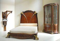 """Photo: Chambre Art Nouveau (musée d'Orsay) A gauche : Fontaine-lavabo (1898) de François-Rupert Carabin (1862-1952), noyer, grès émaillé, étain fondu Au centre : Lit """"Nénuphars"""" vers 1905-1909 de Louis Majorelle (1859-1926), acajou, amourette, bronzes dorés A droite : Vitrine """"Orchidées"""" vers 1903-1904 de Louis Majorelle, acajou massif mouluré, acajou sculpté, bronzes ciselés et dorés"""