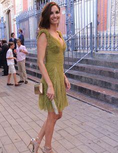 La modelo Eugenia Silva durante una boda en Sevilla, con vestido en verde aceituna.