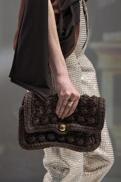 Bottega Veneta at Milan Fashion Week Fall 2020 - Details Runway Photos Milan Fashion Weeks, Paris Fashion, Luxury Fashion, Womens Fashion, Fashion Trends, Spring 2015 Fashion, Autumn Fashion, Fall Bags, Crochet Fall