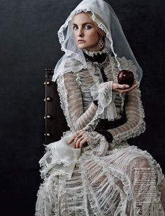 Vogue Japan пригласил модель Каролин Трентини (Caroline Trentini) для фотосессии в октябрьском номере. Автором фотосессии стал Джампаоло Сгура (Giampaolo Sgura), а стилистом выступила Анна Делло Руссо (Anna Dello Russo).