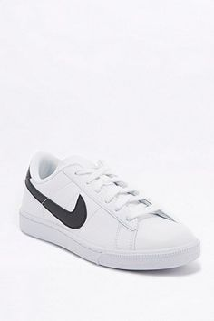 Nike - Baskets Tennis Classic noires et blanches. Tennis SneakersNike Tennis Shoes 2016Classic WhiteNike ShoesTrainersAwesome StuffUrban Outfitters