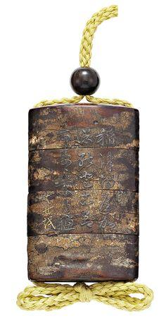 A THREE-CASE LACQUERED BIRCH BARK INRO, SIGNED TOMOCHIKA, EDO PERIOD (18TH CENTURY)(REAR VIEW)