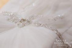 wedding dress detail with glitter by © radmila kerl wedding photography munich schönes Hochzeitskleid-Detail mit Glitzer und Steinchen