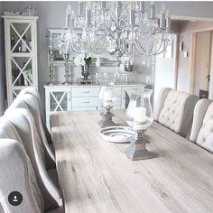 Biela jedalen s drevenym stolom a elegantnymi stolickami