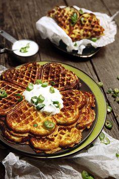 Zemiakové Waffle s Cheddarom, Slaninkou a Cibuľkou Potato Waffles, Bon Appetit, Cheddar, Bacon, Cooking Recipes, Potatoes, Breakfast, Food, Image