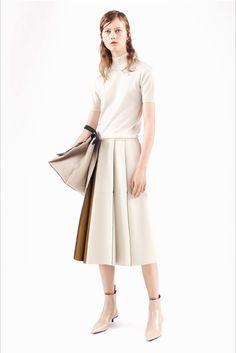 Guarda la sfilata di moda Jil Sander a Milano e scopri la collezione di abiti e accessori per la stagione Pre-collezioni Primavera Estate 2017.