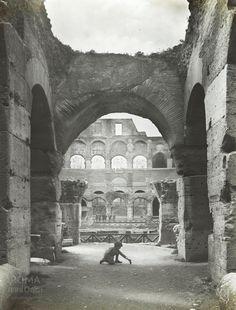 Colosseo (Alinari, anni '20) Un bambino gioca dentro al Colosseo. :)