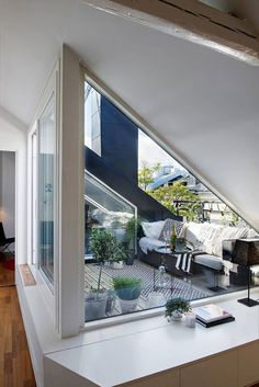 Aménagement toit terrasse moderne – 22 idées magnifiques à piquer Attic Bedroom Designs, Attic Design, Room Interior Design, Interior And Exterior, Attic Apartment, Attic Rooms, Attic Spaces, Roof Terrace Design, Rooftop Design