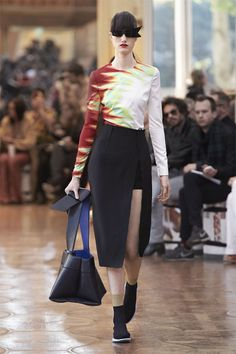 Acne studios women& spring/summer 2016 show at paris fashion week Fashion Over 50, Fashion Week, Paris Fashion, Women's Fashion Leggings, Womens Fashion For Work, Spring Summer 2016, Women's Fashion Dresses, Ready To Wear, Acne Studios