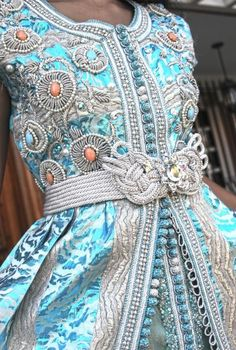 kaftan ist die traditionelle Bekleidung oder auch tracht der marokkanischen Modernen frau von heute ein kaftan ist eine individuelles kleid das mit wunderbaren stickereien nähten perlen diamante Stoffen und vieles mehr bestickt ist jedes kaftan ist eine Feuerwerk in den Augen des Betrachters und das besondere an einem kaftan ist das es jede frau tragen kann den so ein kaftan macht die frau komplett Amal EL Fakir