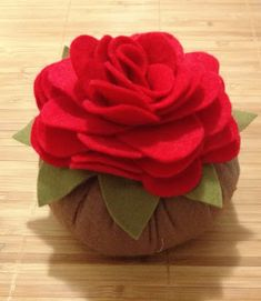 Maria Valentina, Felt Crafts, Diy Crafts, Felt Cake, Christmas Angel Ornaments, Handmade Flowers, Felt Flowers, Pin Cushions, Embroidery Stitches