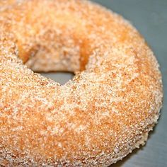 Next time you're craving a dunkable treat, or need something to bring to a calorie-concious gathering, try out this low-fat alternative to the Krispy Kreme: homemade baked donuts. Homemade Baked Donuts, Baked Doughnut Recipes, Baked Doughnuts, Churros, Krispy Kreme Glazed Donut, Apple Cider Doughnut Recipe, Healthy Donuts, Mini Donuts, Dunkn Donuts