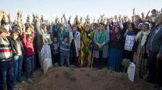 Das Victory-Zeichen am Grab steht für die Hoffnung, dass ihre umlagerte Stadt verteidigt werden kann, die ISIS-Truppen weiter zurückgedrängt werden