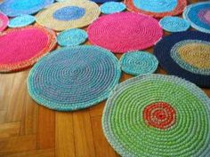 crochet (Picture for inspiration only, unable to find link) ~ simple rug made by joining circles of varying sizes. Circles made of material crocheted over rope. Crochet Round, Crochet Squares, Crochet Home, Crochet Motif, Diy Crochet, Crochet Crafts, Crochet Doilies, Yarn Crafts, Crochet Projects