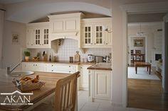 Piękna klasyczna zabudowa kuchni. Stanowisko piecowe, kremowa kuchnia, lite drewno. Akan Hand Made Furniture cream kitchen with table