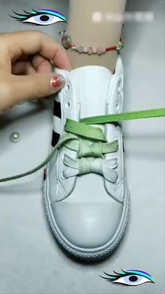 Great idea for your shoes! Ways To Lace Shoes, How To Tie Shoes, Your Shoes, Diy Fashion Hacks, Diy Clothes And Shoes, Tie Shoelaces, Diy Crafts Hacks, Clothing Hacks, Lace Patterns