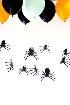 These DIY hanging spider balloons are sure to make your Halloween party the talk of the town! Courtesy of Studio DIY! Retro Halloween, Spooky Halloween, Halloween Backdrop, Happy Halloween Banner, Halloween Balloons, Halloween Photos, Halloween Birthday, Diy Halloween Decorations, Holidays Halloween