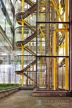 Glass stairwell of the by Richard Rogers designed Woodstreet office building. London Architecture, Industrial Architecture, Stairs Architecture, Architecture Details, Modern Industrial, Richard Rogers, Foster House, Glass Elevator, Warehouse Design