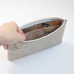 Description ------------------------------------- Questa borsa di stile minimalista è fatta di carta tyvek con elegante colore grigio chiaro, chiusura a zip YKK. Allinterno, un interno scivolare tasca su un lato e unaltra tasca interna con carta di credito sei slot sul lato opposto. La borsa di unico della frizione è elegante, pratico e molto comodo da portare il vostro carte di credito, cellulare e chiavi, ecc. a una festa, in ufficio o quando si viaggia. Il brillante strass austriaci…