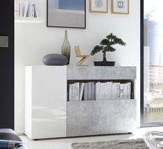 Credenza madia bianco lucido e beton. Scocca bianca, 1 anta verticale bianco lucido, cassetto e anta ribalta in finitura Beton.