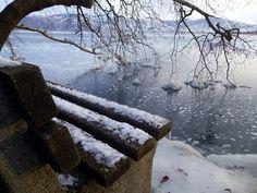 Ο Στέλιος Φόρλιακας φωτογραφίζει τα ίδια μέρη της λίμνης, τις παγοδημιουργίες πριν και μετά το χ... Firewood, Snow, Texture, Crafts, Outdoor, Surface Finish, Outdoors, Woodburning, Manualidades