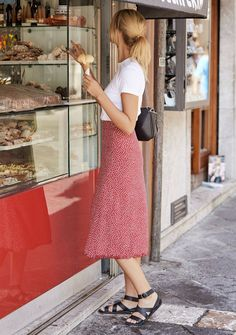 Shop online for exclusive vintage-inspired prints designed in Byron Bay, Australia. Red Skirt Outfits, Midi Skirt Outfit, Mode Outfits, Pretty Outfits, Chic Outfits, Summer Outfits, Fashion Outfits, Midi Skirts, Midi Skirt Casual