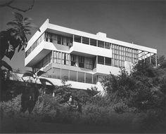 Lovell House / Richard Neutra Los Angeles, California, United States Courtesy of Wikiarquitectura Richard Neutra, Richard Meier, Bauhaus, Green Architecture, Architecture Design, Futuristic Architecture, Chinese Architecture, Amazing Architecture, Frank Lloyd Wright
