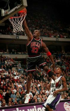 Michael Jordan and rookie Ray Allen of the Bucks in Milwaukee. Best Basketball Shoes, Basketball Pictures, Basketball Legends, Sports Pictures, Basketball Workouts, Photos Michael Jordan, Michael Jordan Chicago Bulls, Michael Jordan Basketball, Jordan 23