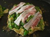 楽天が運営する楽天レシピ。ユーザーさんが投稿した「大阪人が作る ねぎ焼き」のレシピページです。混ぜて焼くだけ簡単です!何も付けなくても美味しいです。焦がし醤油がポイント(^^) ねぎ焼きって関西だけなのかしら?食べたことない方、是非お試しを!。大阪人が作る ねぎ焼き。ねぎ,豚ばら肉,薄力粉,★卵,★天かす,★紅生姜(あれば),★削り鰹(あれば),★本だし,★キッコーマン本つゆ香り白だし,★塩・胡椒
