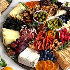 Charcuterie Recipes, Charcuterie Platter, Charcuterie And Cheese Board, Cheese Boards, Antipasto Platter, Antipasto Skewers, Fruit Kabobs, Crudite Platter Ideas, Cheese Board Display