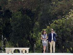 William e Kate ao lado de banco onde a princesa Diana posou para uma de suas mais famosas fotografias no Taj Mahal, na Índia