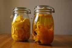 Smícháním aromatizované vodky a pomerančového sirupu vznikne delikátní likér.