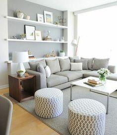 jolie idee deco salon pour un salon accueillant, couleur peinture salon gris et blanc, canapé gris perle, tapis gris, jolis détails décoratifs